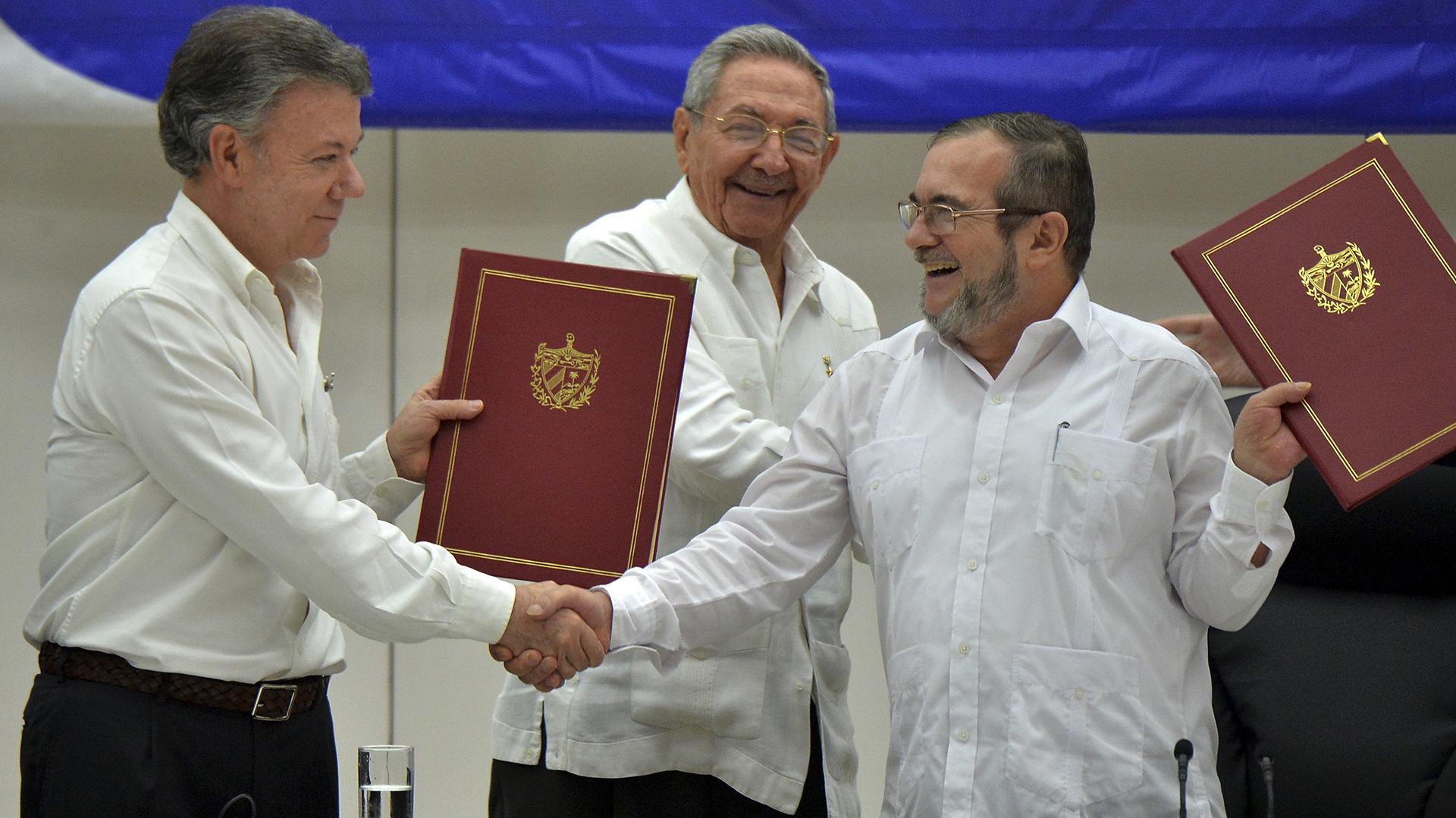 """Juan Manuel Santos, Raúl Castro y el guerrillero """"Timochenko"""" firmaronel cese del fuego definitivo tras más de medio siglo de conflicto armado en Colombia(AFP)"""