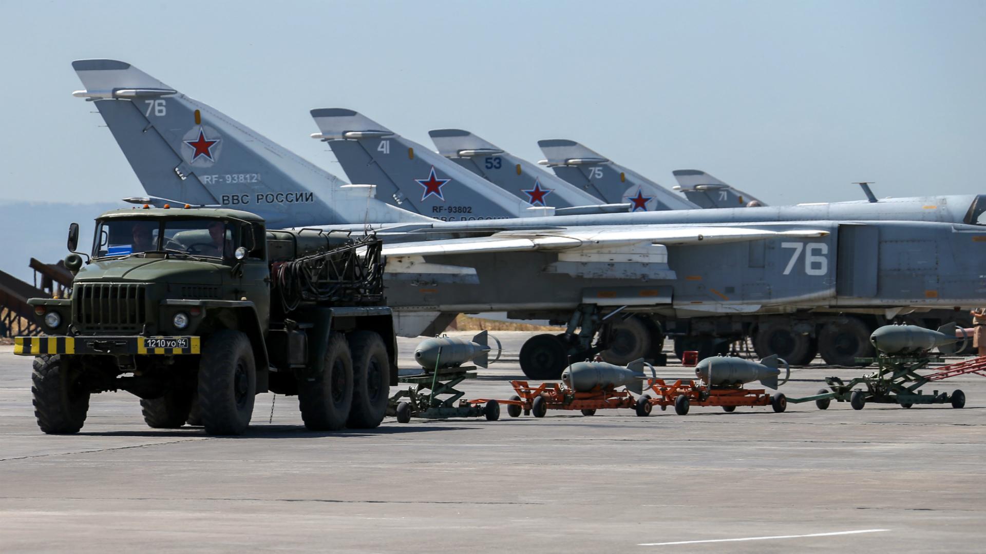 Bombarderos Sukhoi Su-24 rusos en la base aérea de Hmeimim, en Siria (AP)