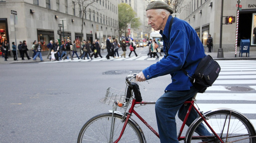 Bill Cunningham recorría las calles de Nueva York con su fiel bicicleta y su icónica campera azul (AP)