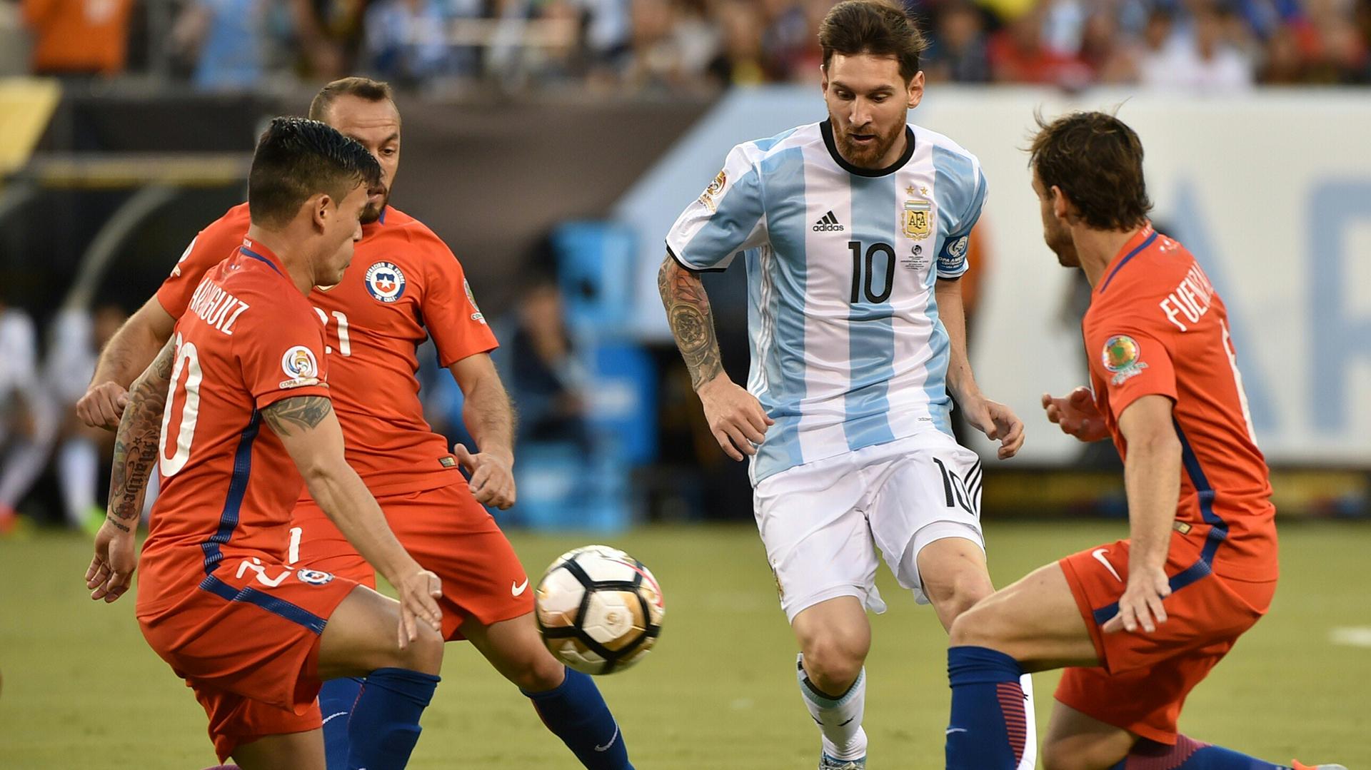 Lionel Messi intentando filtrarse ante la defensa chilena (AFP)