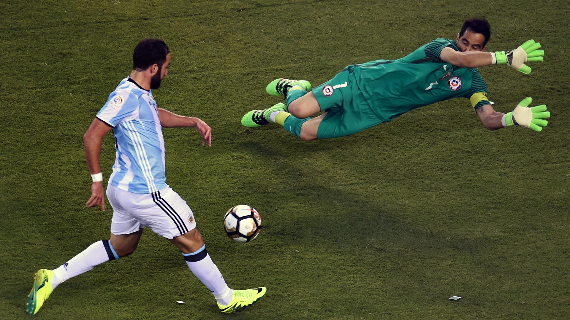 Gonzalo Higuaín falló un mano a mano en el primer tiempo (AFP)