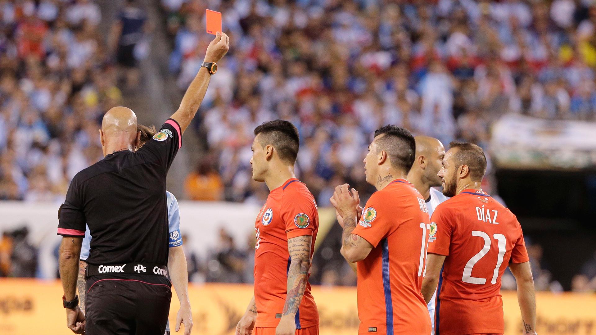 Marcelo Díaz vio la tarjeta roja, luego de dos amarillas, por faltas contra Lionel Messi (AP)