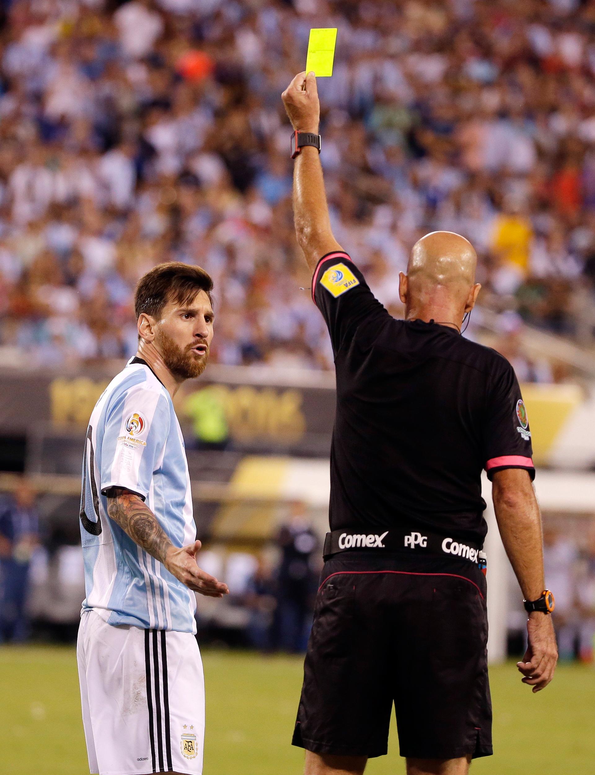 Héber Lopes amonestó a Lionel Messi por simular (AP)