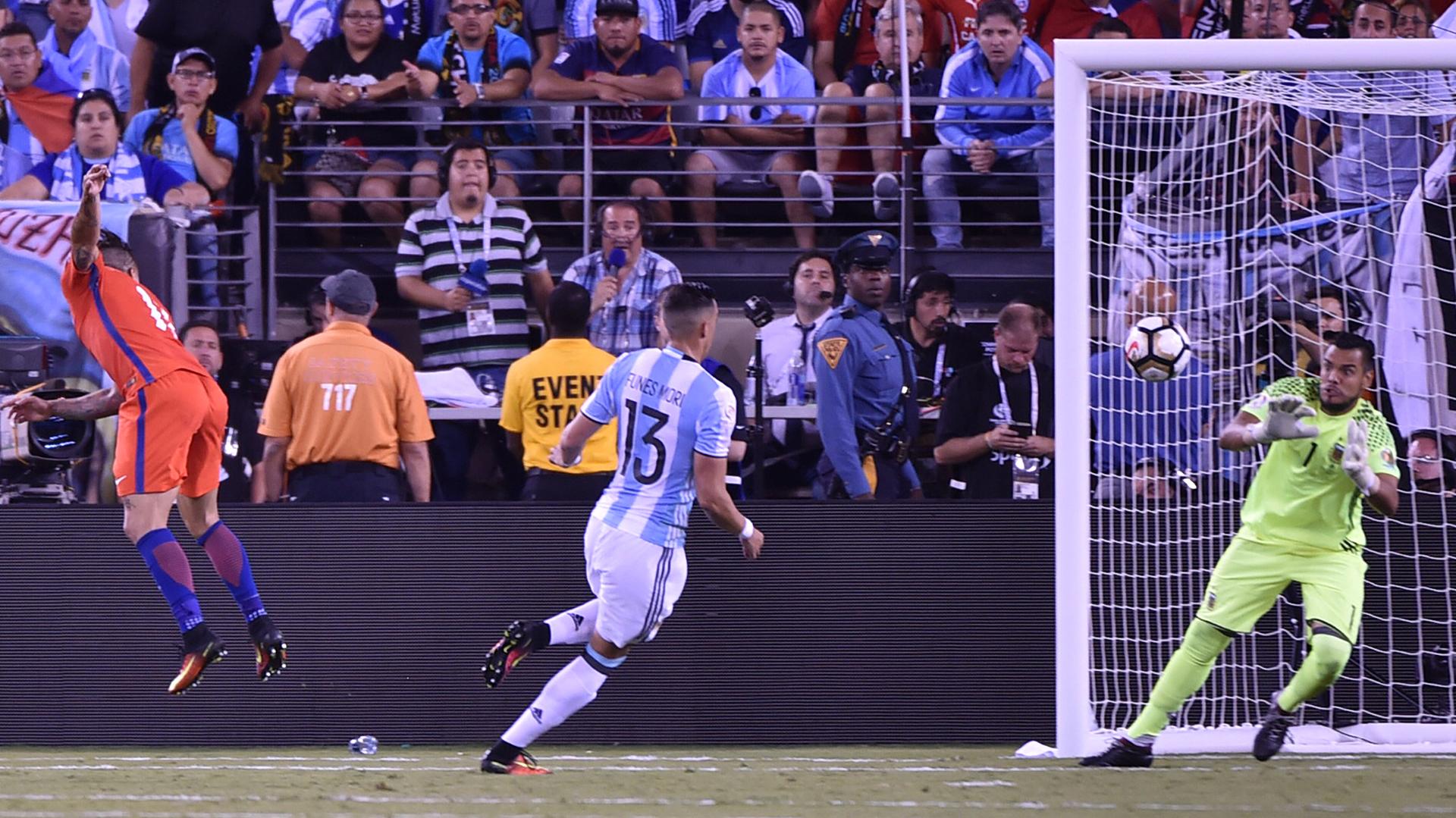 Sergio Romero tapó lo que pudo haber sido el gol de Eduardo Vargas (AFP)