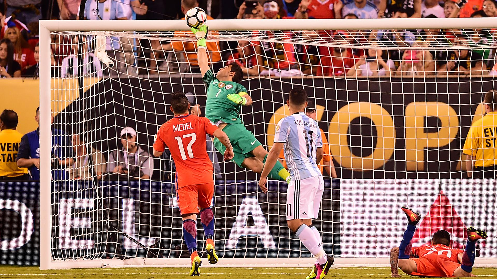 Espectacular atajada de Claudio Bravo, luego de un cabezazo de Sergio Agüero (AFP)