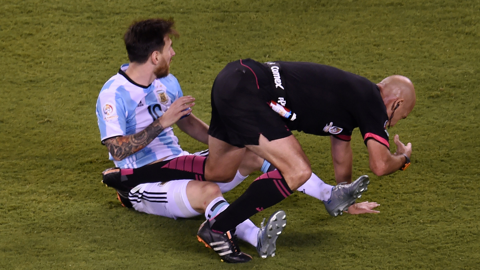 Heber Lopes chocó con Lionel Messi y cayó al piso del MetLife (AFP)