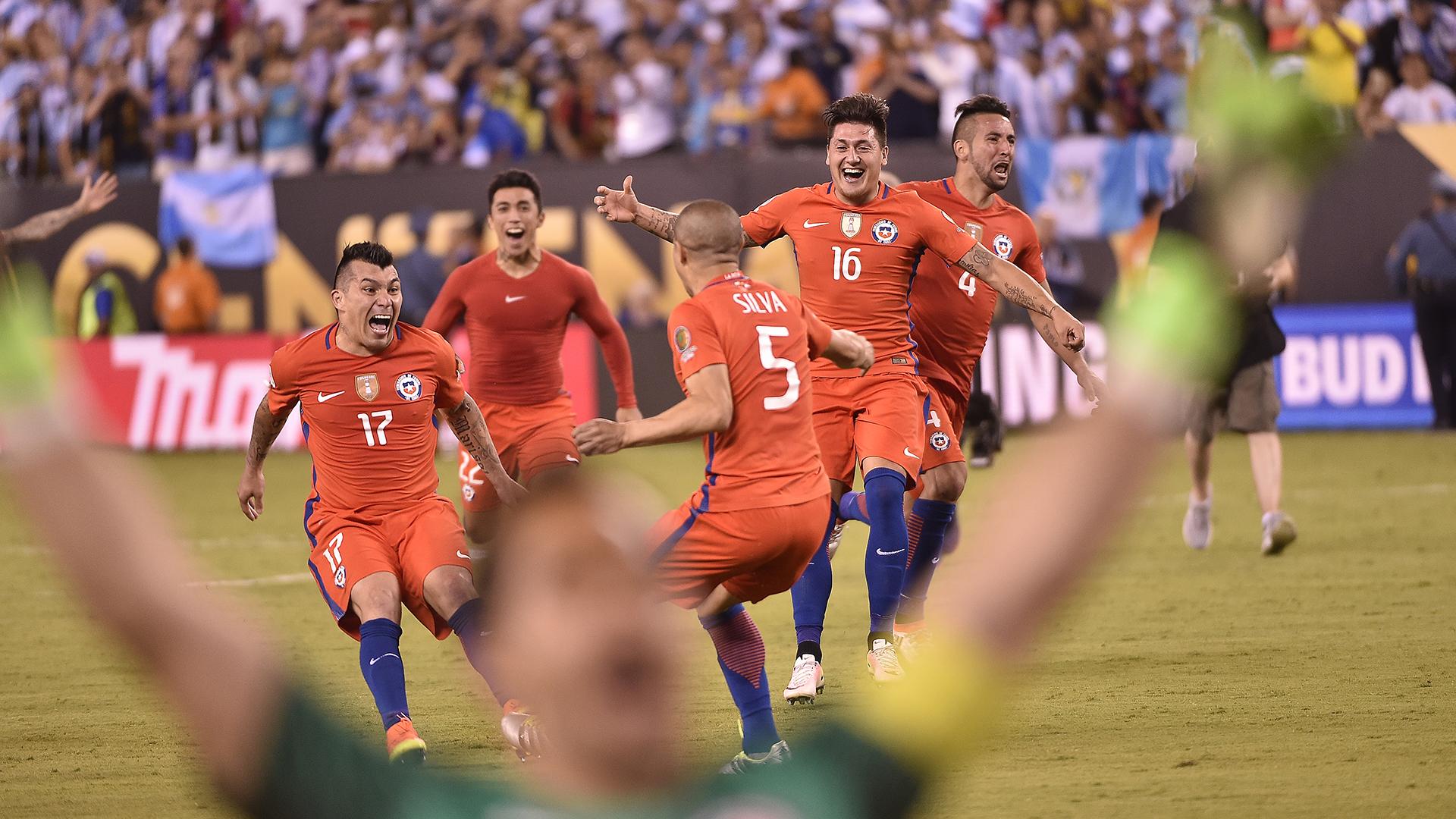 La alegría de Bravo y el plantel chileno tras el penal de Silva (AFP)