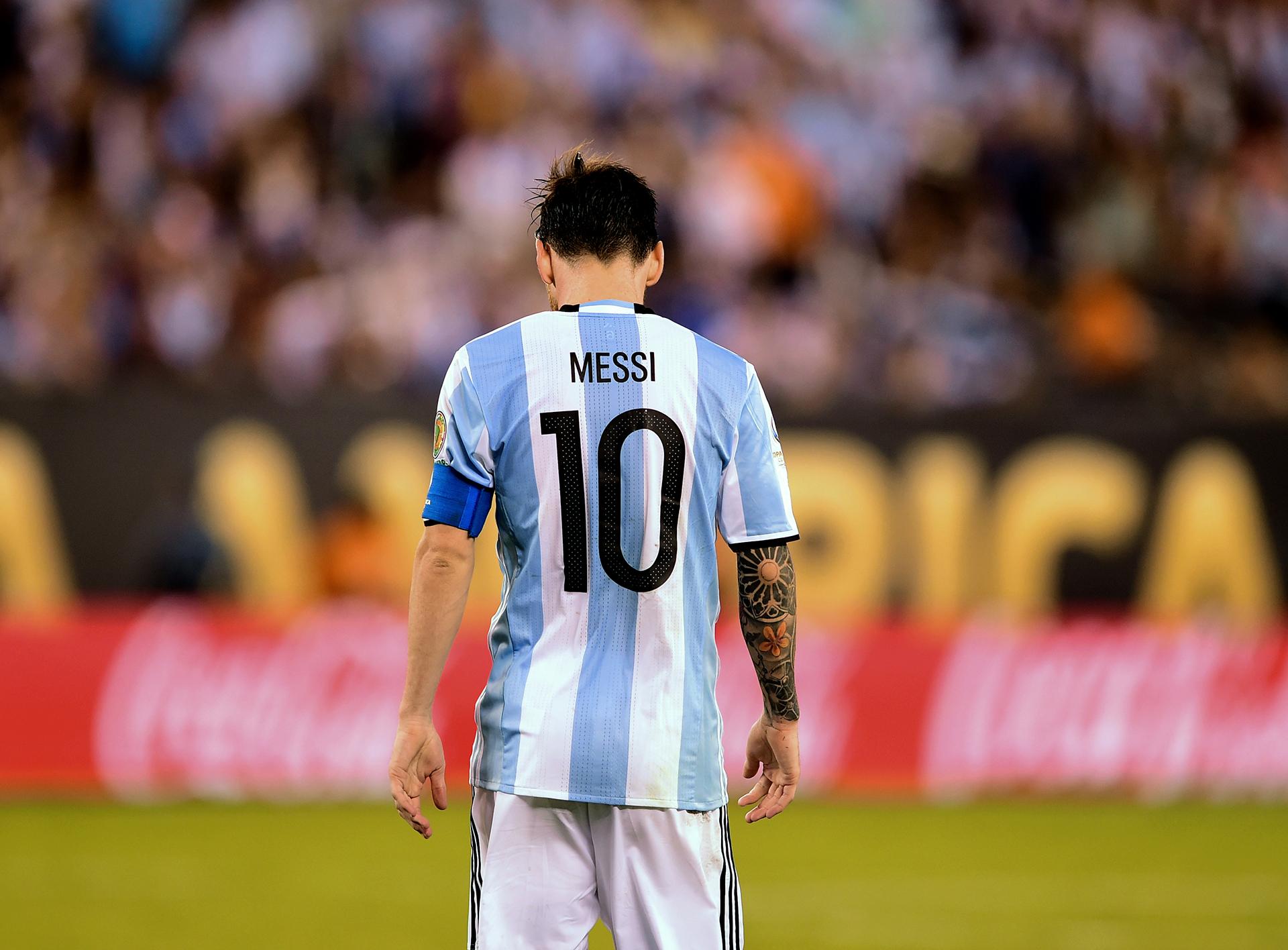Lionel Messi, cabizbajo tras errar el penal (AFP)