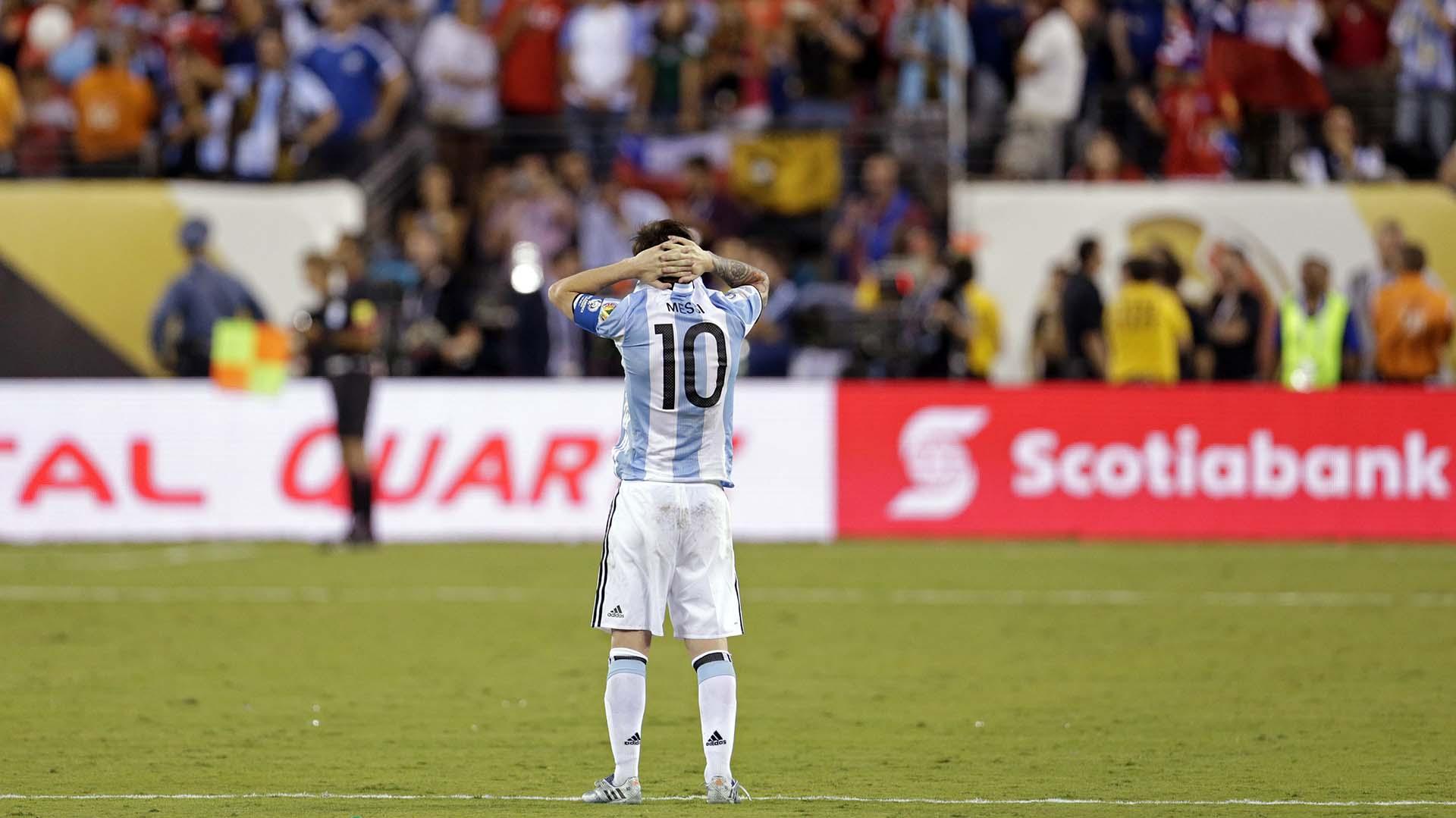Messi mira el festejo de los jugadores chilenos (AFP)