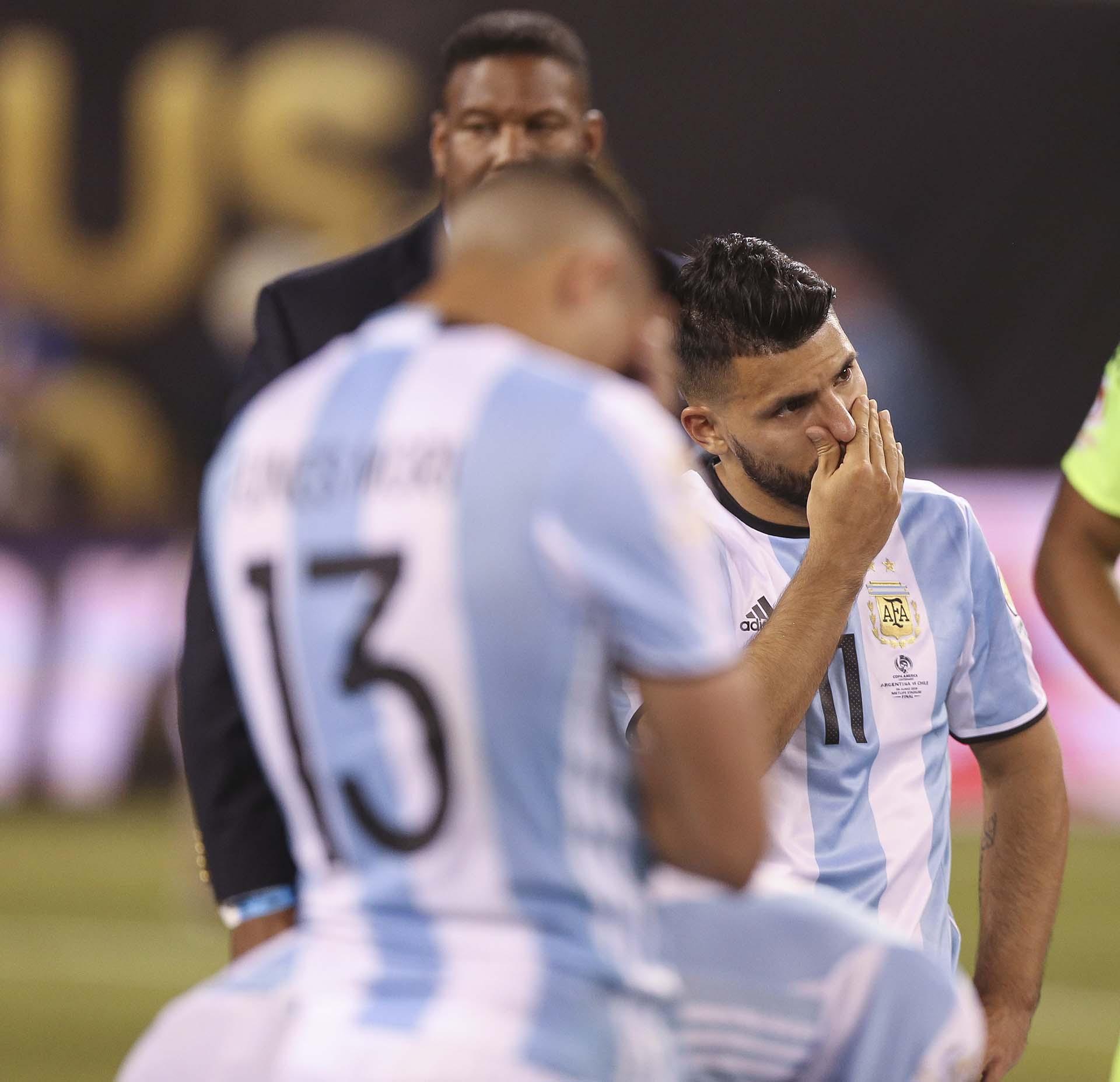 Los jugadores de Argentina se lamentan luego de perder ante Chile (EFE)
