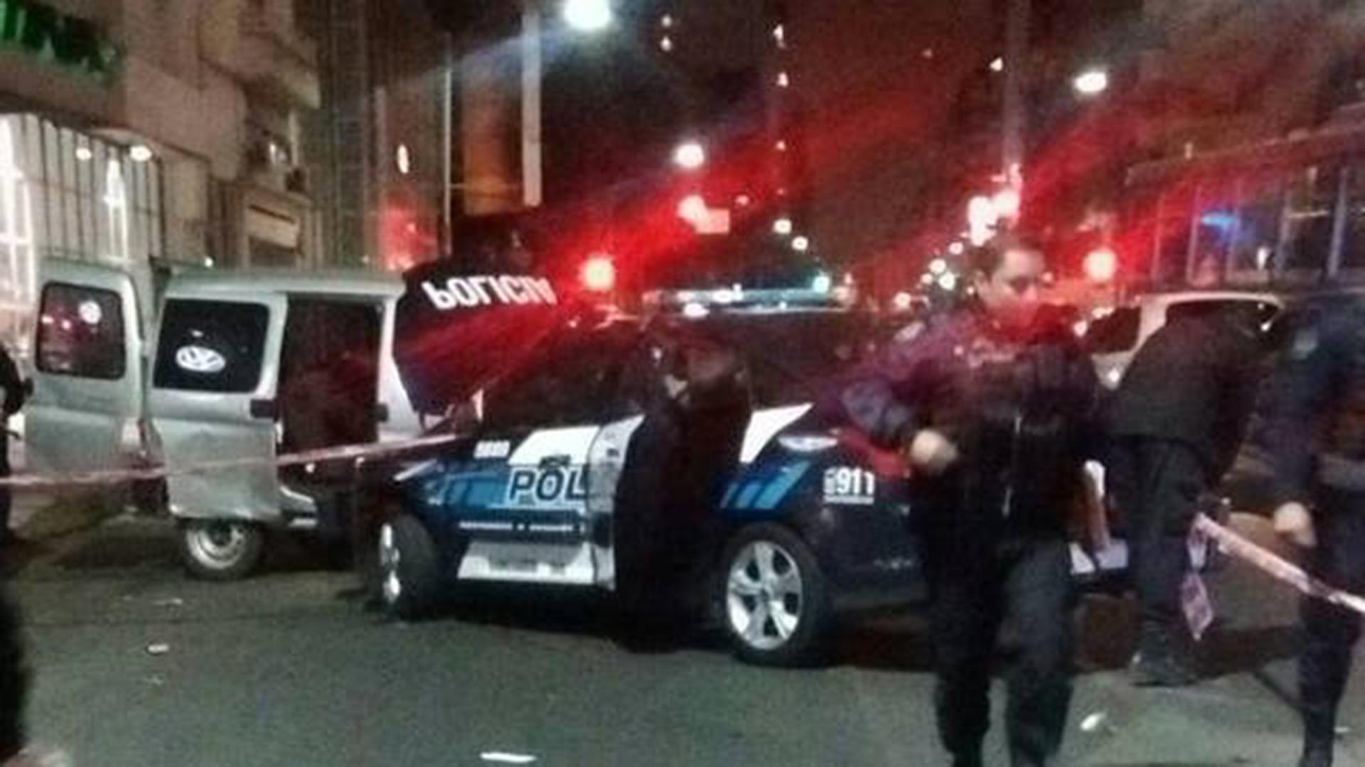 El patrullero de la Federal chocó el vehículo de la víctima y redujo a los delincuentes.