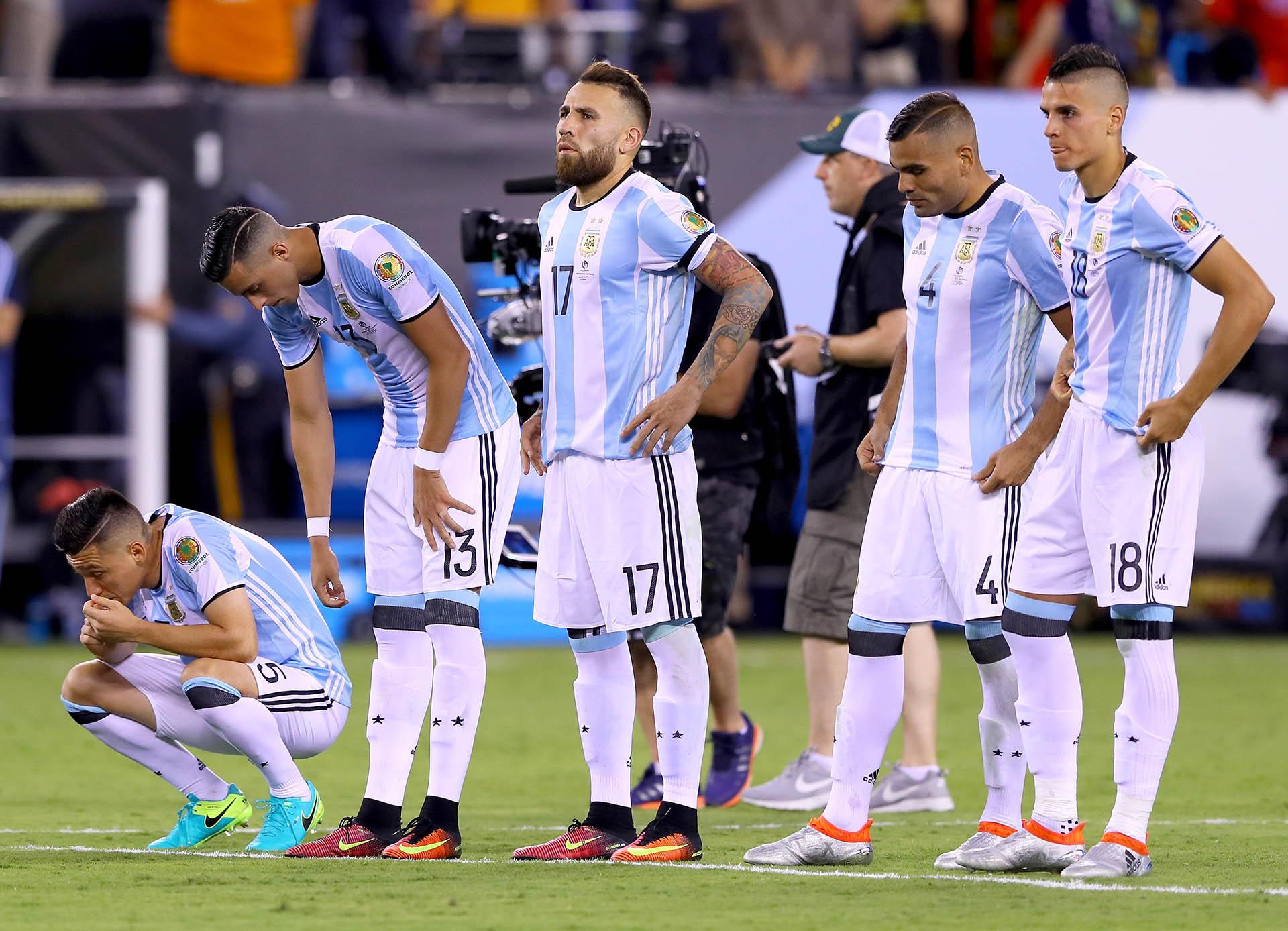 Los jugadores argentinos sufren durante los penales (AFP)