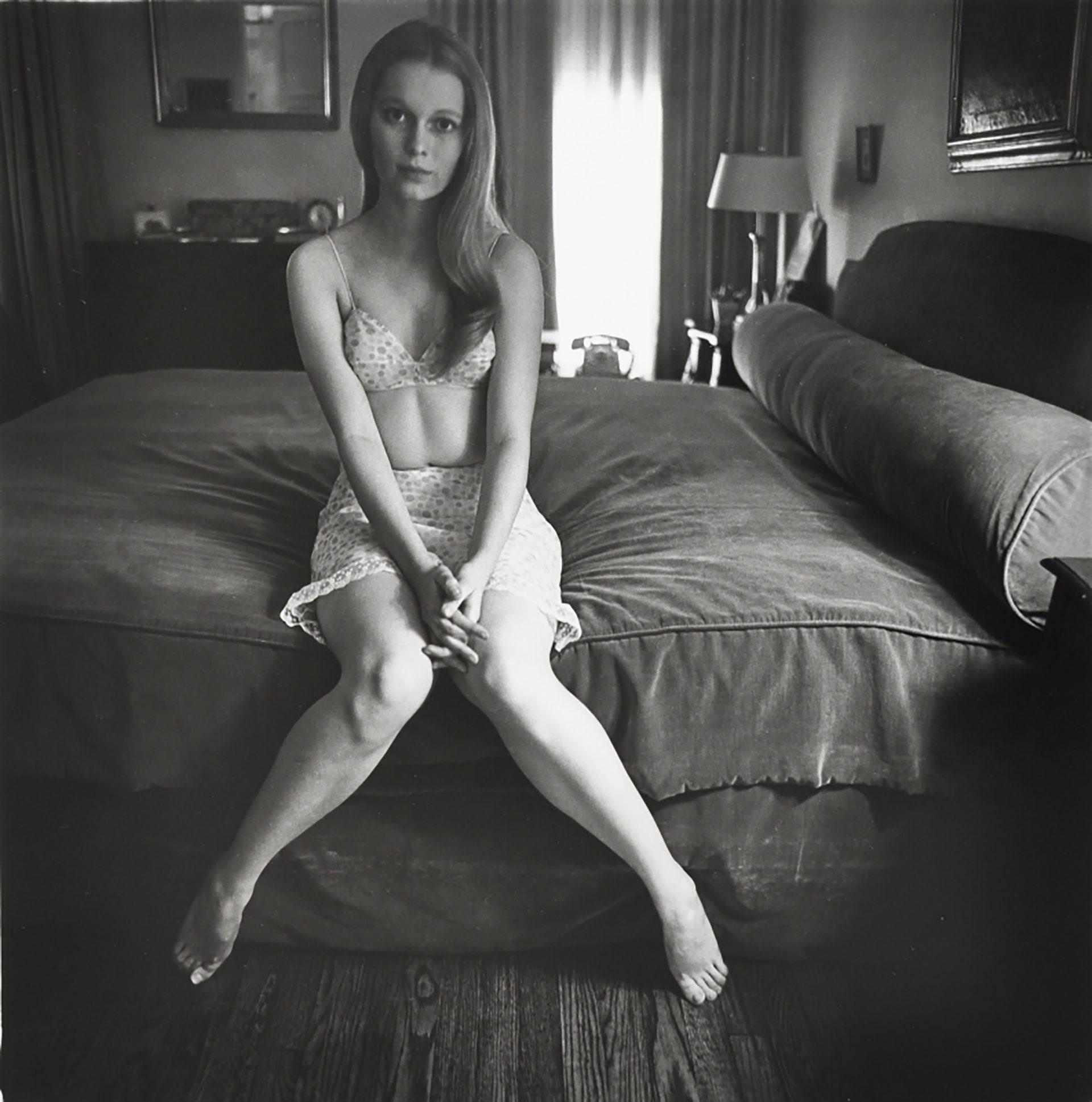 Mia Farrow en la cama, 1964.