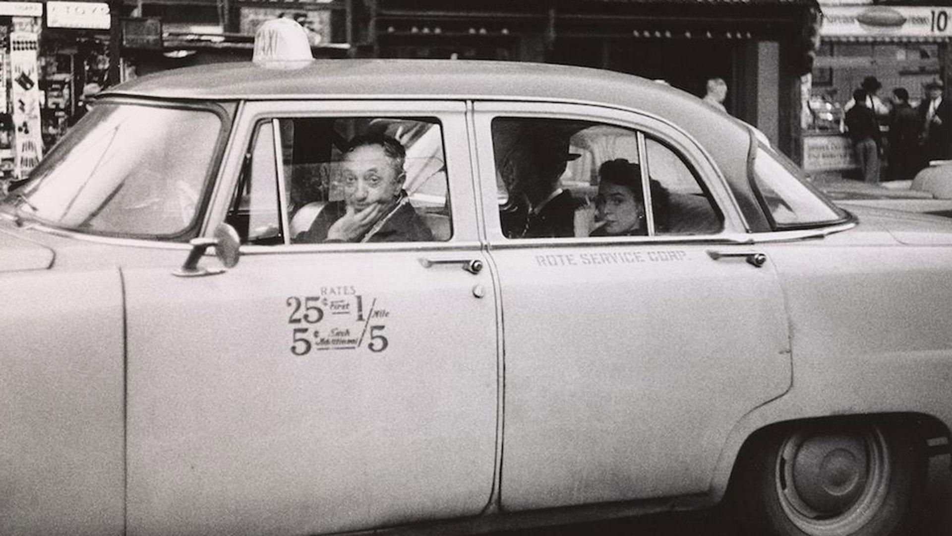 Taxista con dos pasajeros en Nueva York, 1957.