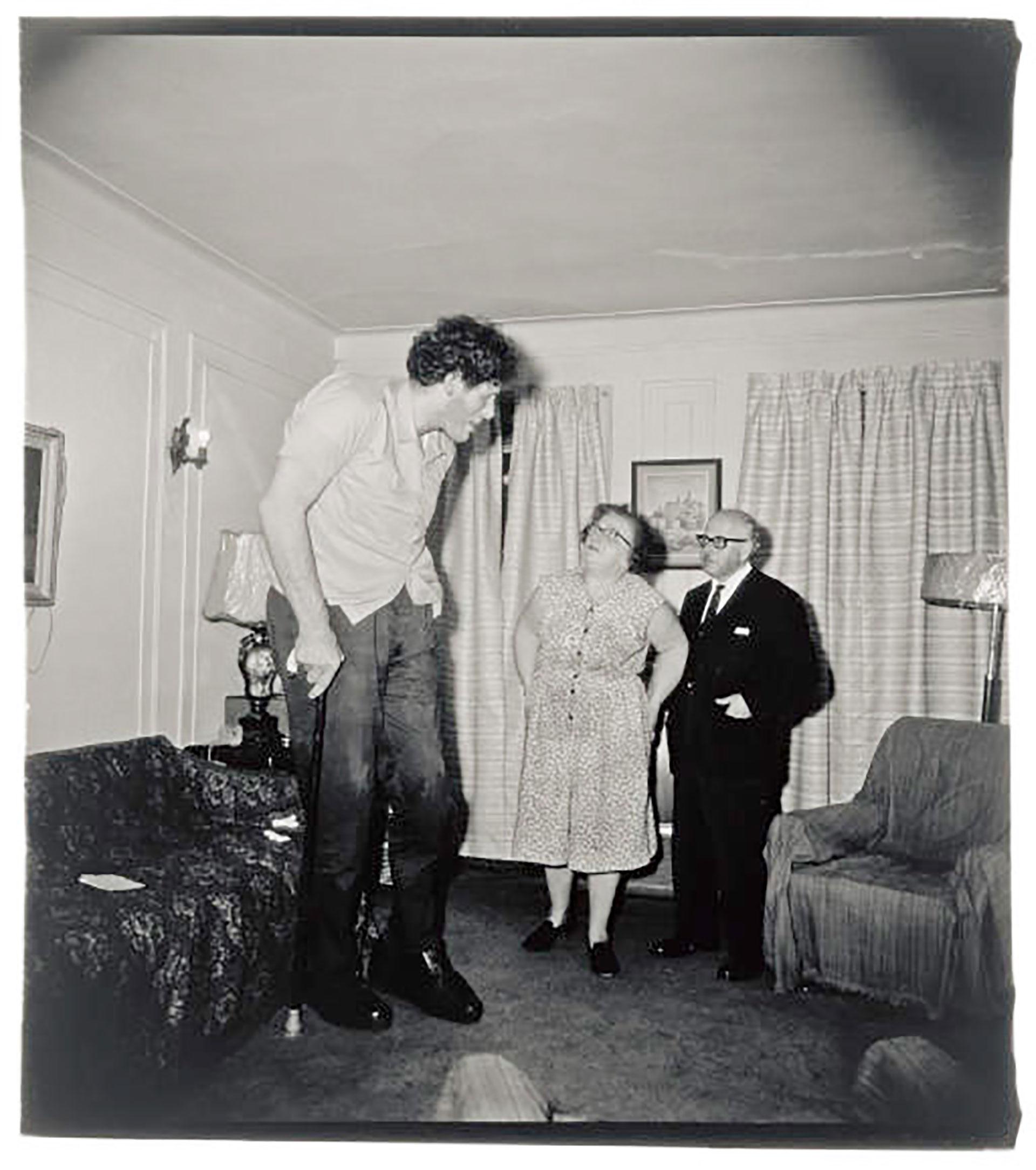 Eddie Carmel, el judío gigante, junto a sus padres en su casa del Bronx, 1970.