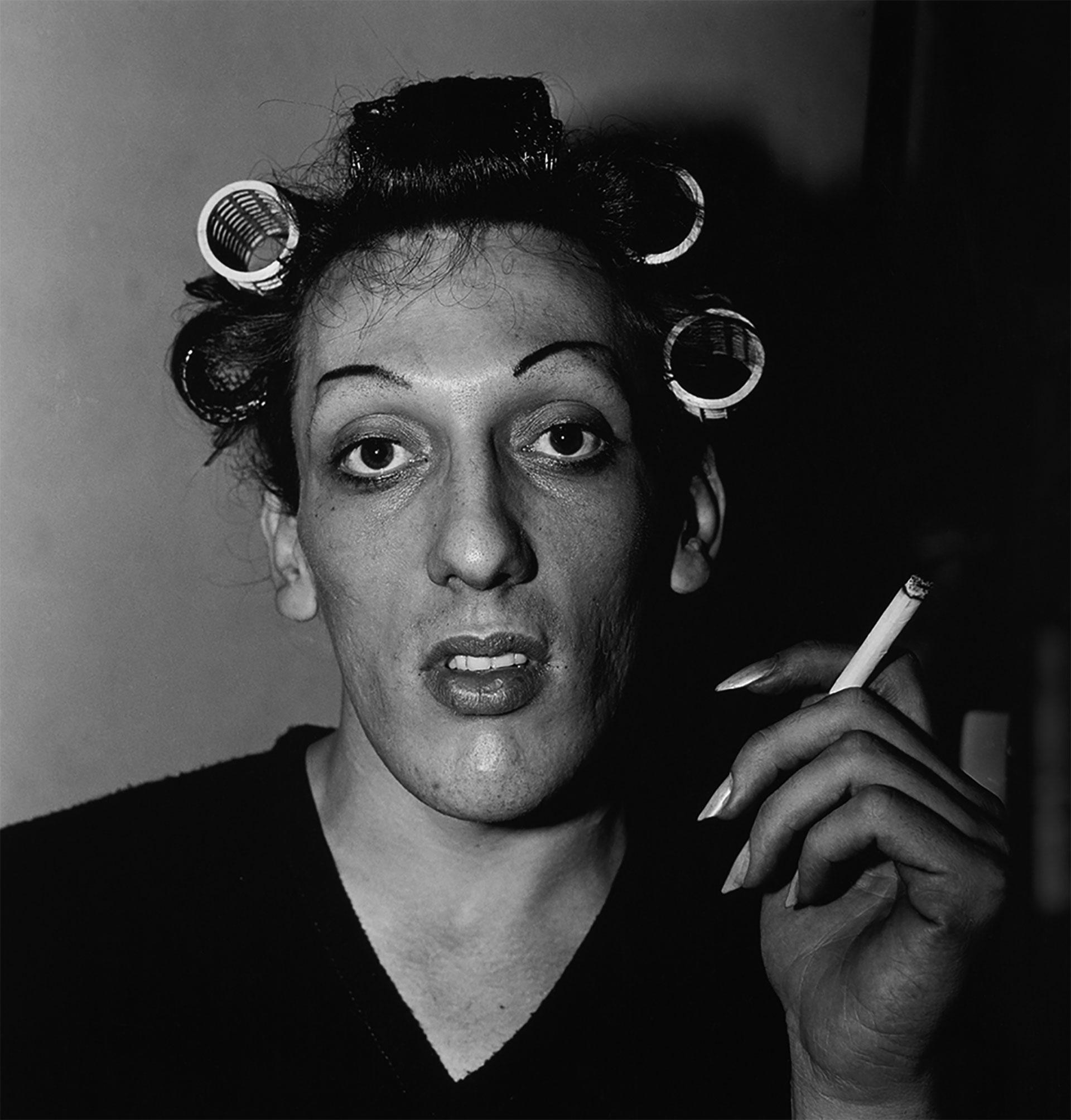 Un joven con ruleros en West 20th street de Nueva York, 1966.