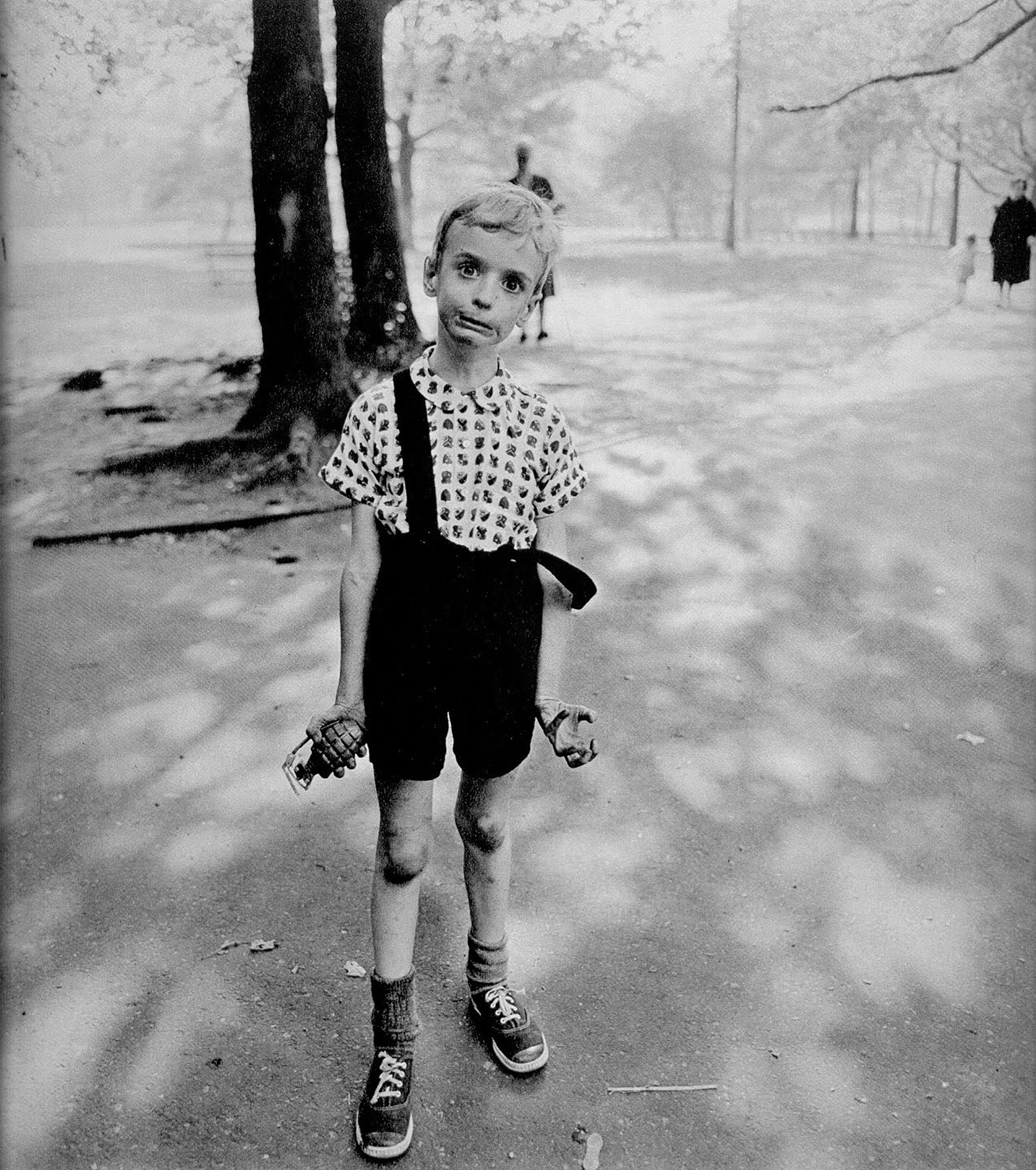 Niño con una granada en el Central Park, 1962.