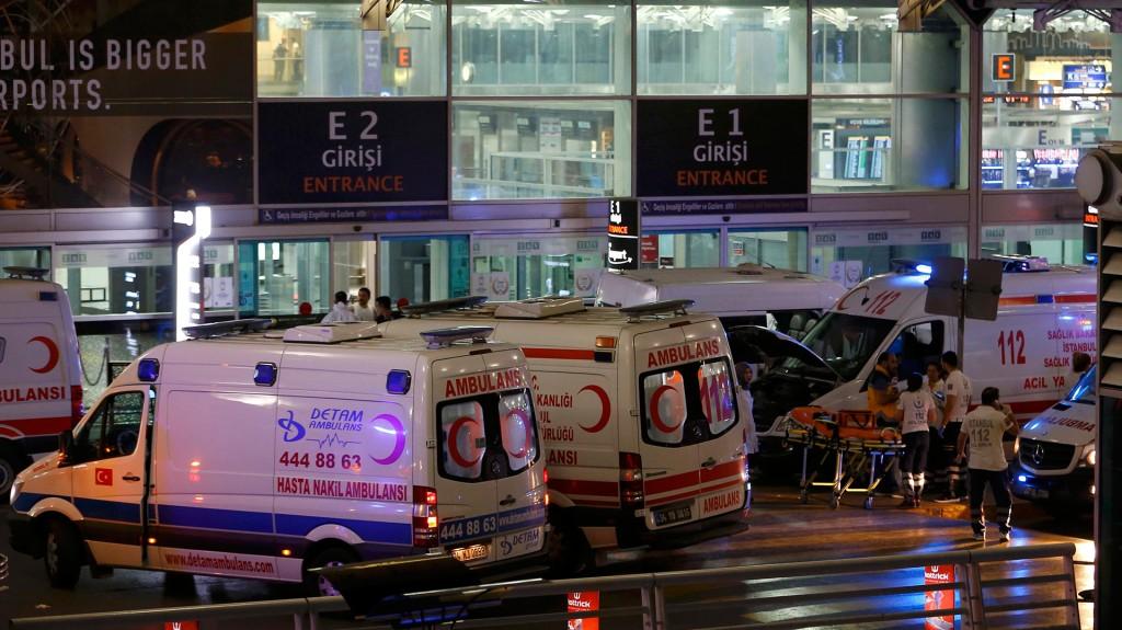 Cerca de 30 ambulancias llegaron a asistir a los heridos (Reuters)