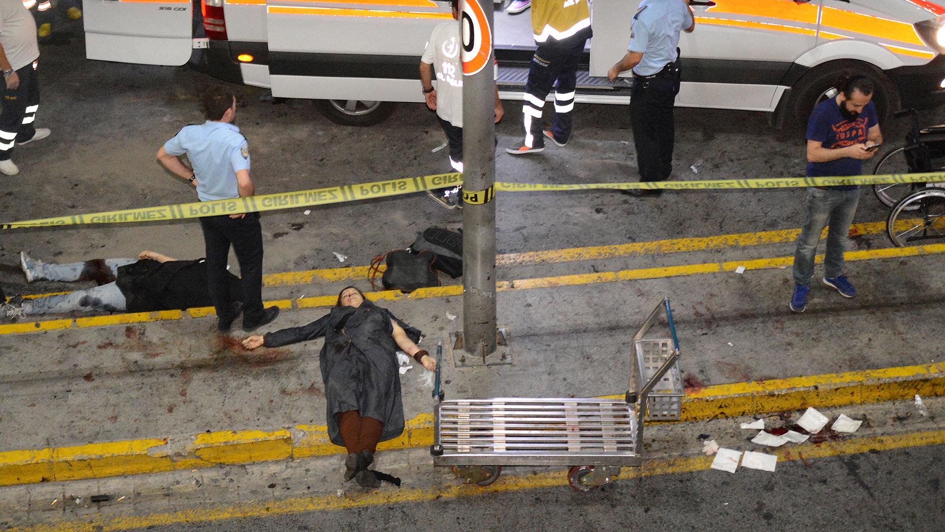Un triple ataque suicida sacudió el martes Atatûrk, el principal aeropuerto de Turquía, y dejó 45 víctimas fatales (Reuters)