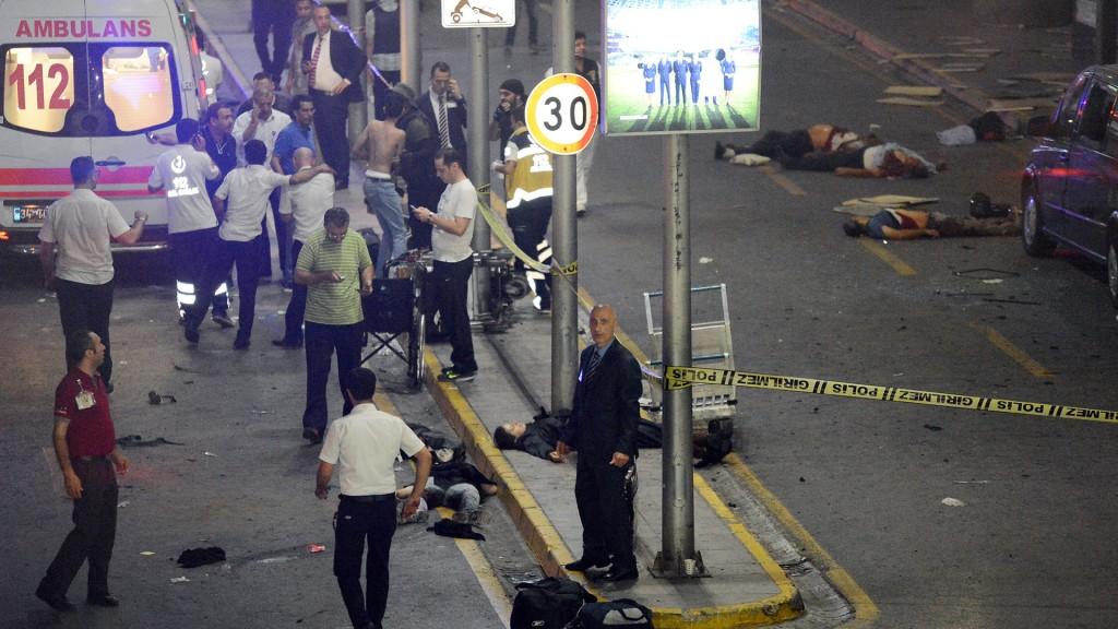 Dos terroristas detonaron sus explosivos en la entrada del aeropuerto de Estambul (AP)