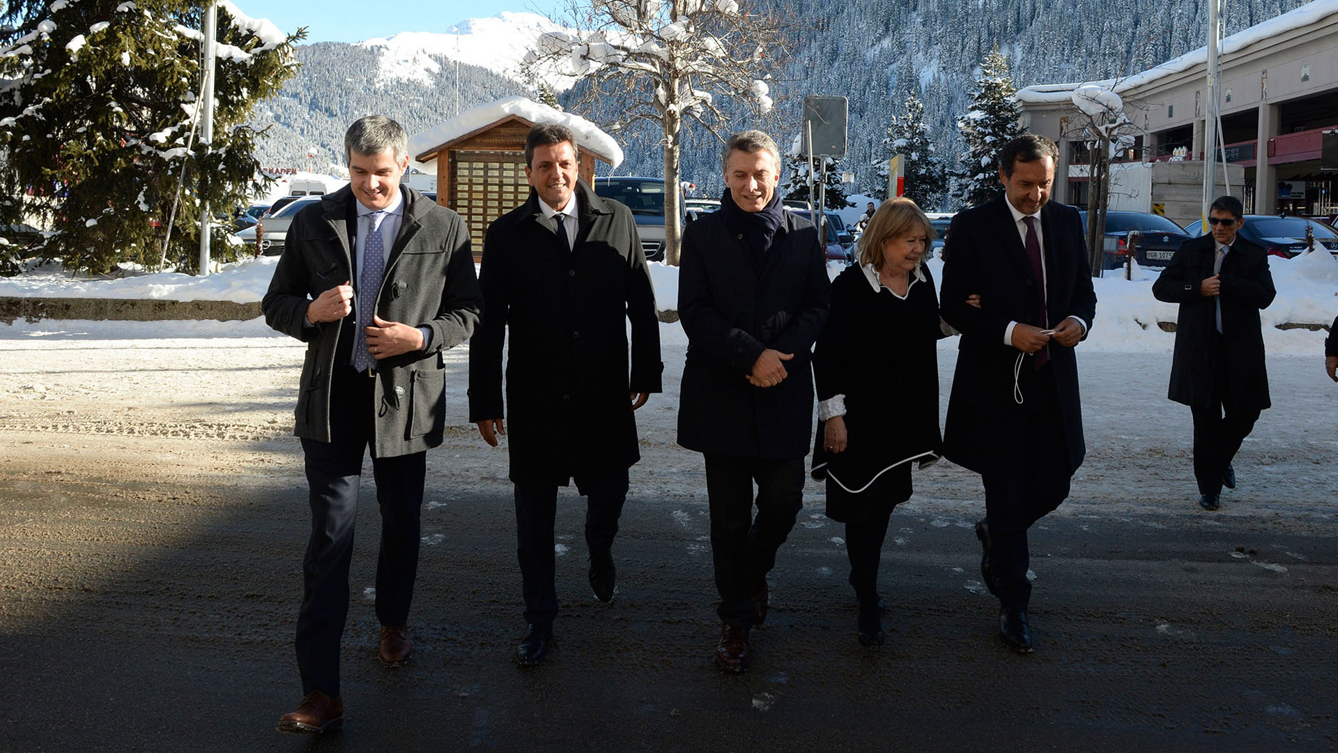 """En el primer viaje que Mauricio Macri realizó al exterior, fue acompañado por Sergio Massa, líder del opositor Frente Renovador. Fueron a Davos, un foro de empresarios que el kirchnerismo había despreciado. El buen vínculo entre ellos duró poco tiempo. Macri, meses después, le puso de apodo """"ventajita""""."""