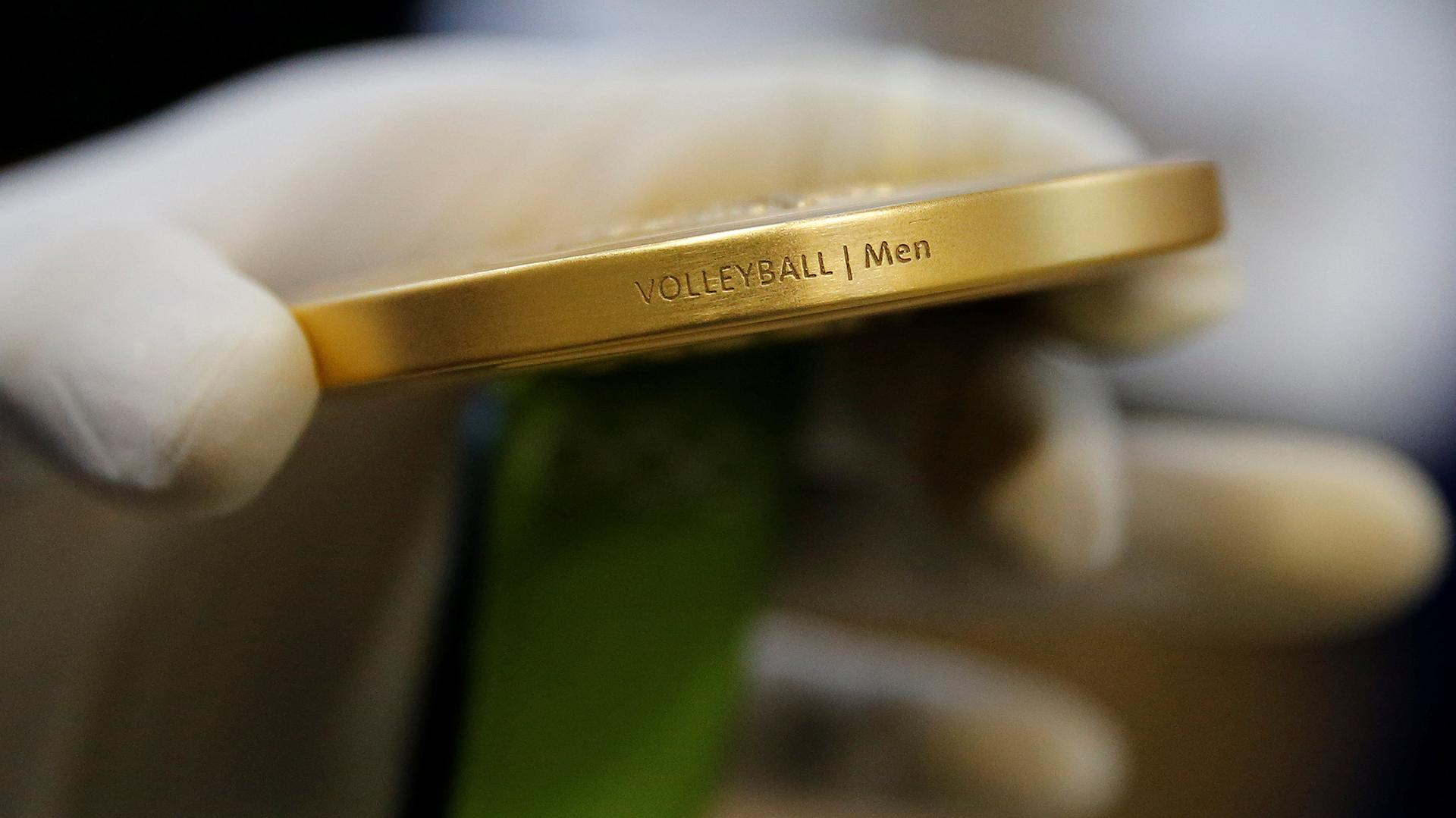 El detalle de la disciplina está grabado a lo largo del borde de cada medalla (Reuters)