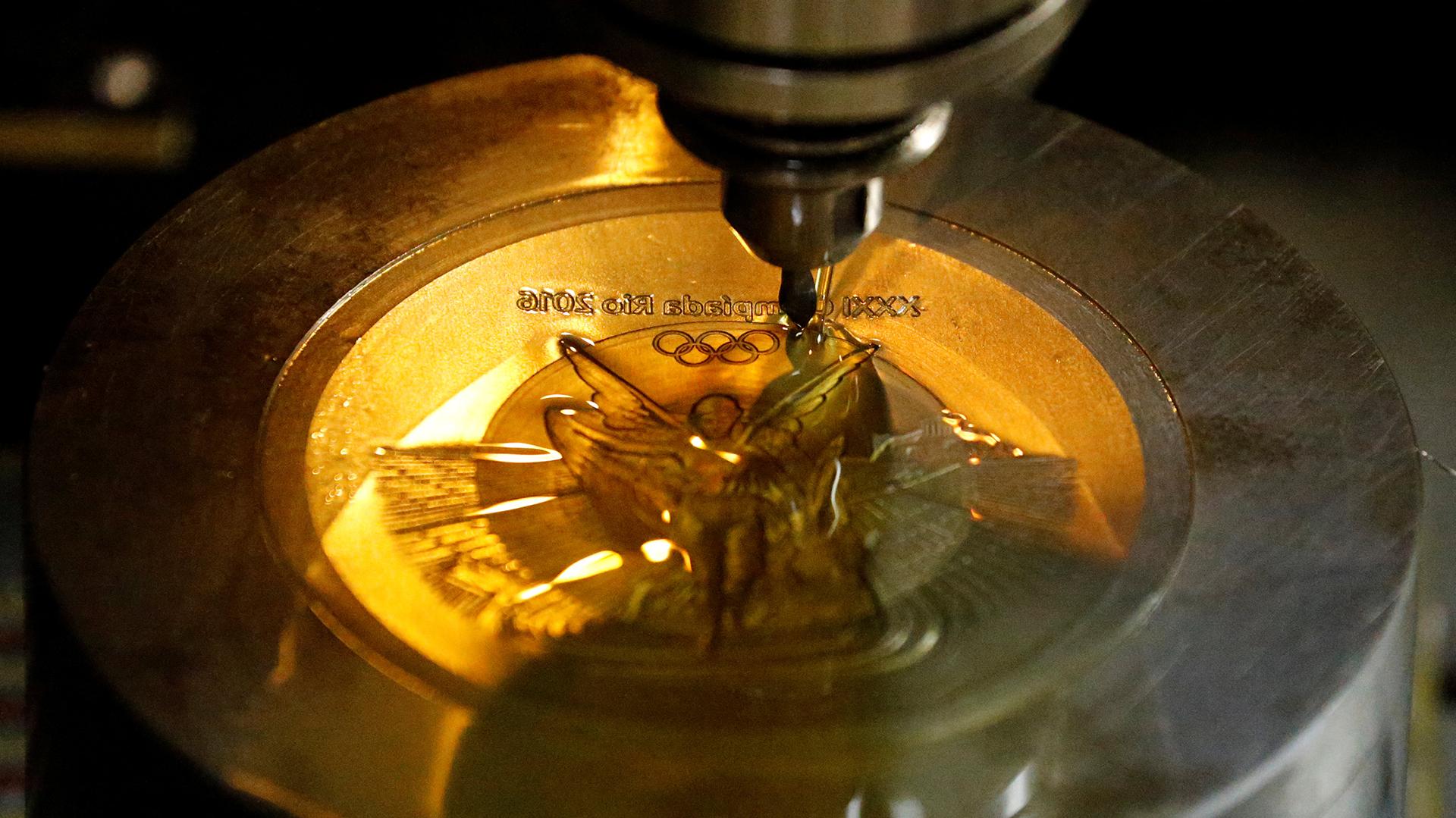 Una máquina serigrafía una medalla olímpica Río 2016 en la Casa de la Moneda de Brasil (Reuters)