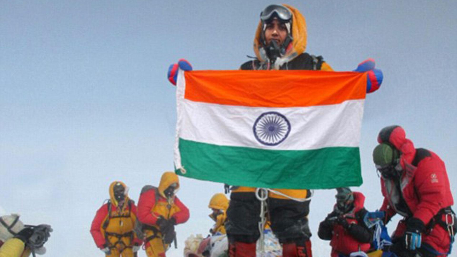 """Muy similar a la escena capturada por Siddhanta, quien asegura haber hecho cumbre en el Everest y que sus fotos fueron """"robadas"""" por los Rathod"""