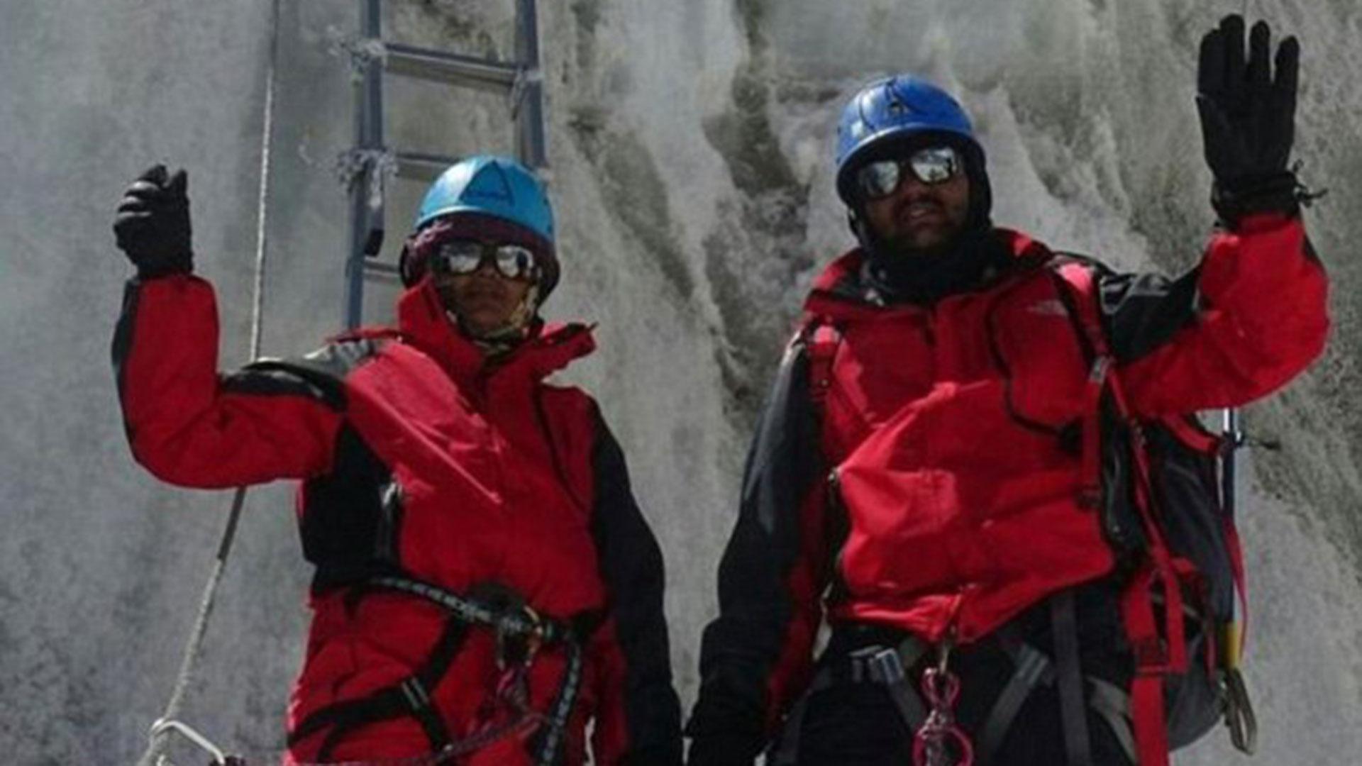 Una imagen de los Rathod durante su ascenso al Everest. Están vestidos completamente diferente del momento en que hicieron cumbre, un dato no menor para los expertos montañistas