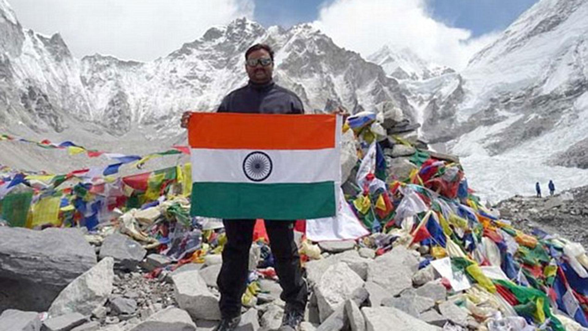 Rathod publicó esta imagen en su perfil de Facebook en una base del monte más alto del mundo