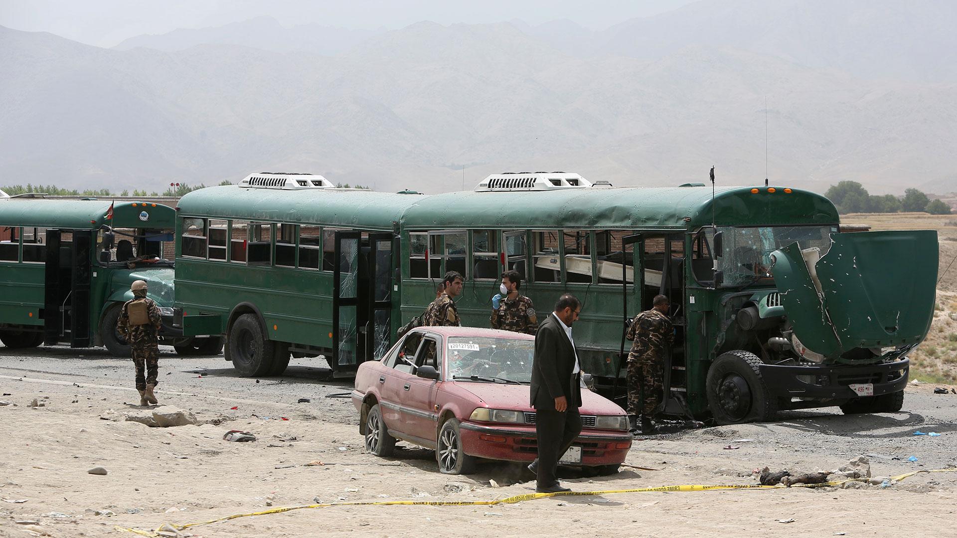 Además del autobús en el que viajaban las víctimas, otros tres resultaron dañados en el hecho (AP)
