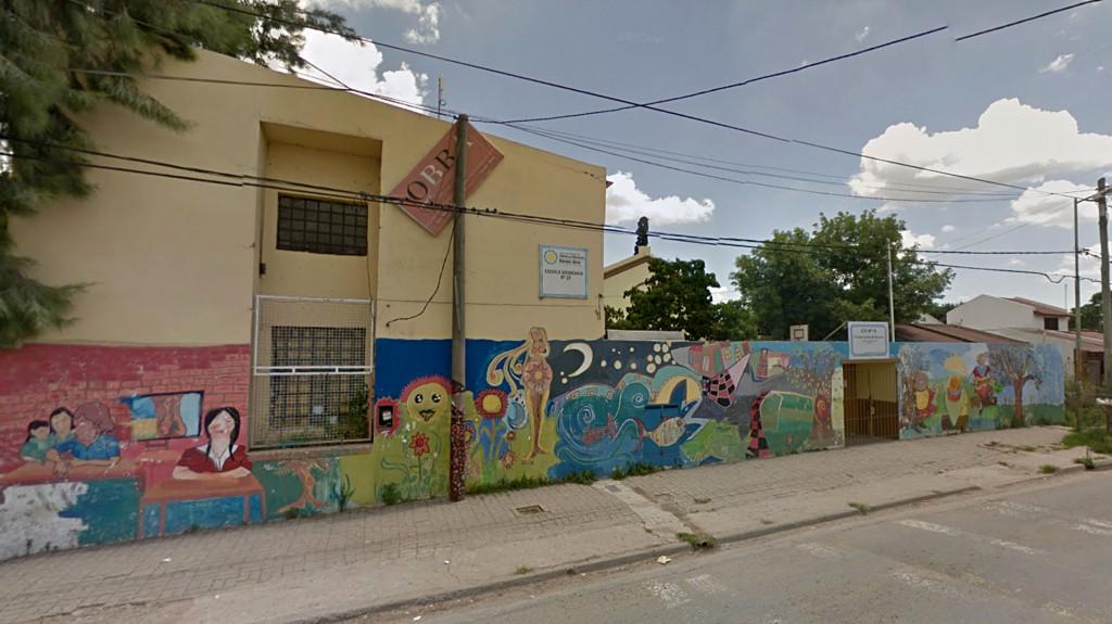 El último hecho de esta característica ocurrió en la escuela secundaria N°18 de Zárate, donde un padre le desfiguró la cara a una docente. (Street View)
