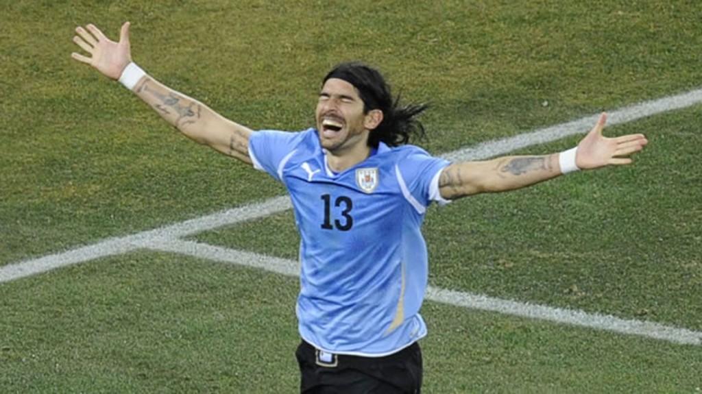 Sebastián Abreu, de 39 años, continuará su carrera como futbolista en El Salvador