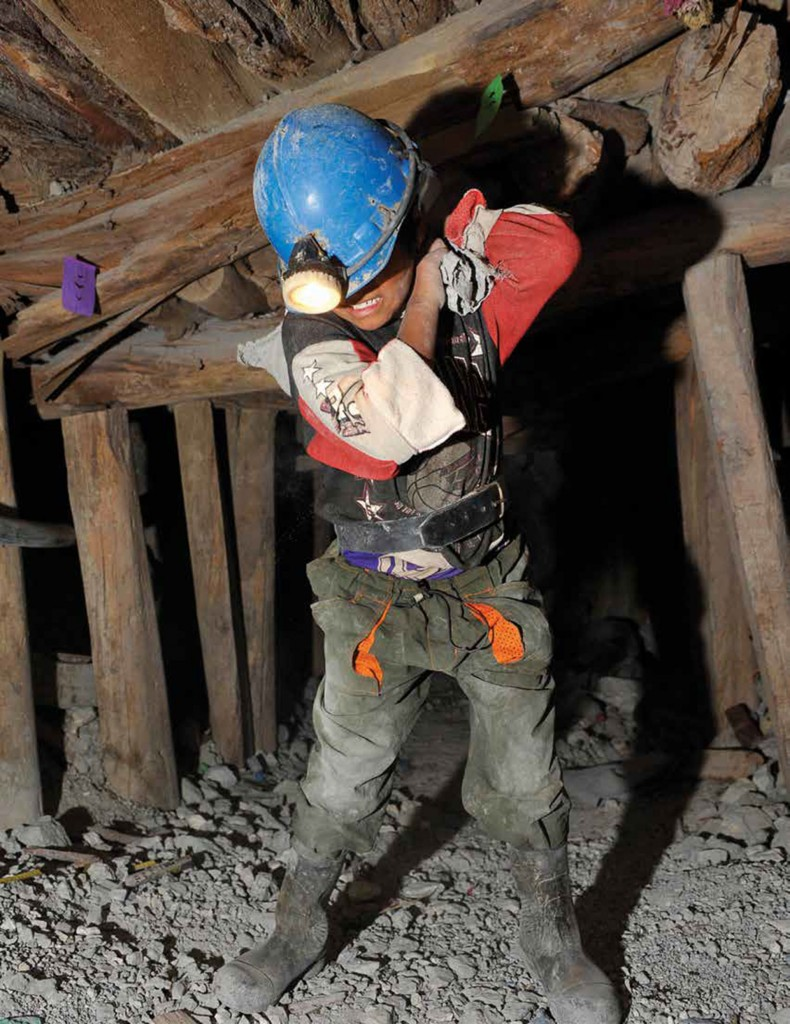 Un niño boliviano trabaja en una mina