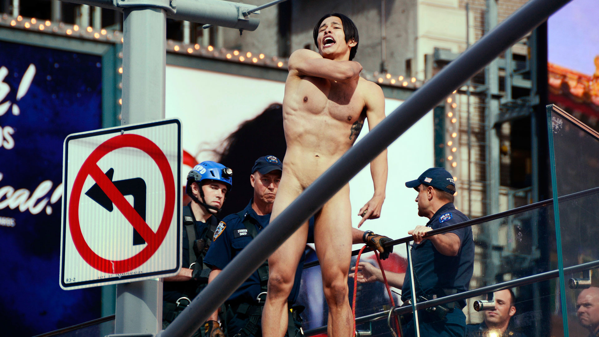"Un hombre desnudo se tiró de5 metros de alturaen Times Square al grito de ""Donald Trump, ¿dónde estás?"" (AP)"