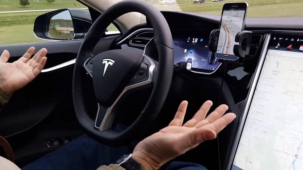 Autos sin conductores: la ilustración en un piloto automático de Tesla (captura de Youtube)