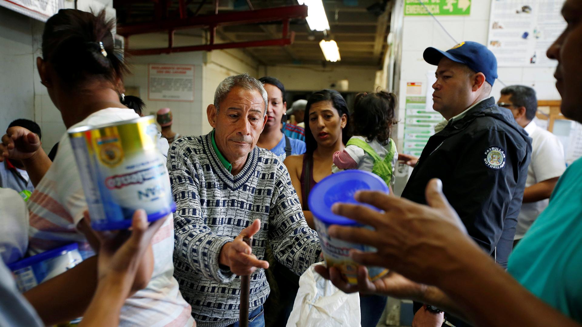Al menos 25 productos básicos están escasos en los mercados. Entre estos, se encuentran la leche en polvo, el pollo, la carne de res, la margarina, el azúcar, el aceite de maíz, los huevos de gallina, las arvejas, las lentejas, el arroz, la harina de trigo, la avena, el pan, el café y la salsa de tomate (Reuters)