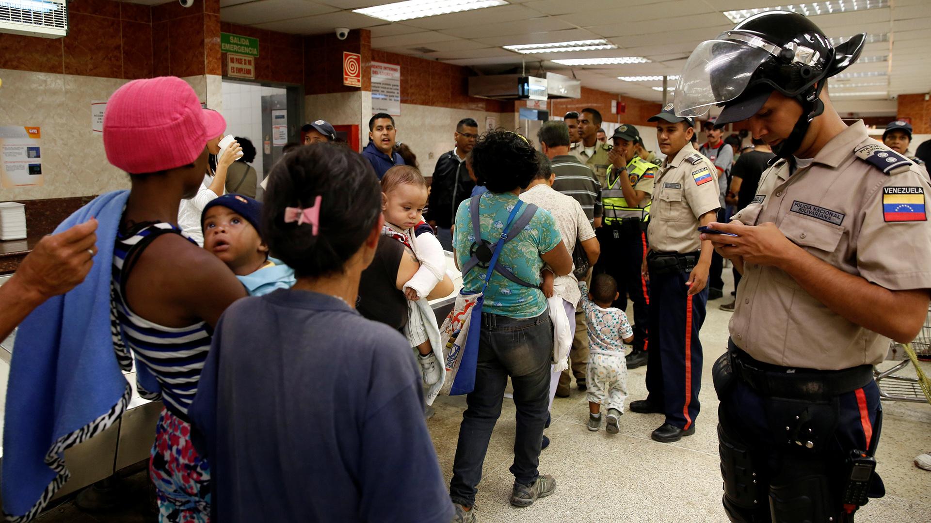 El Centro de Documentación y Análisis Social de la Federación Venezolana de Maestros calcula que en un año se registró un aumento del 817,1% del valor de la canasta básica (Reuters)
