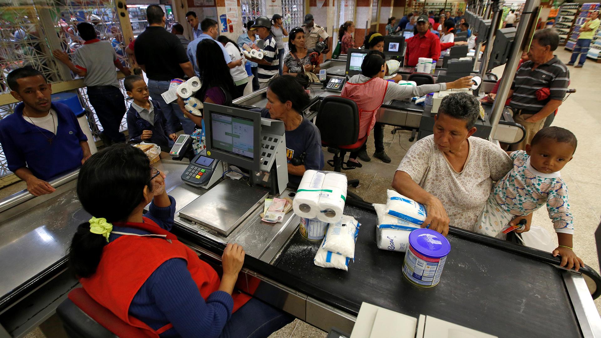 Los estudios muestran que actualmente se requieren 15 salarios mínimos para poder adquirir la canasta para una familia de cinco miembros (Reuters)