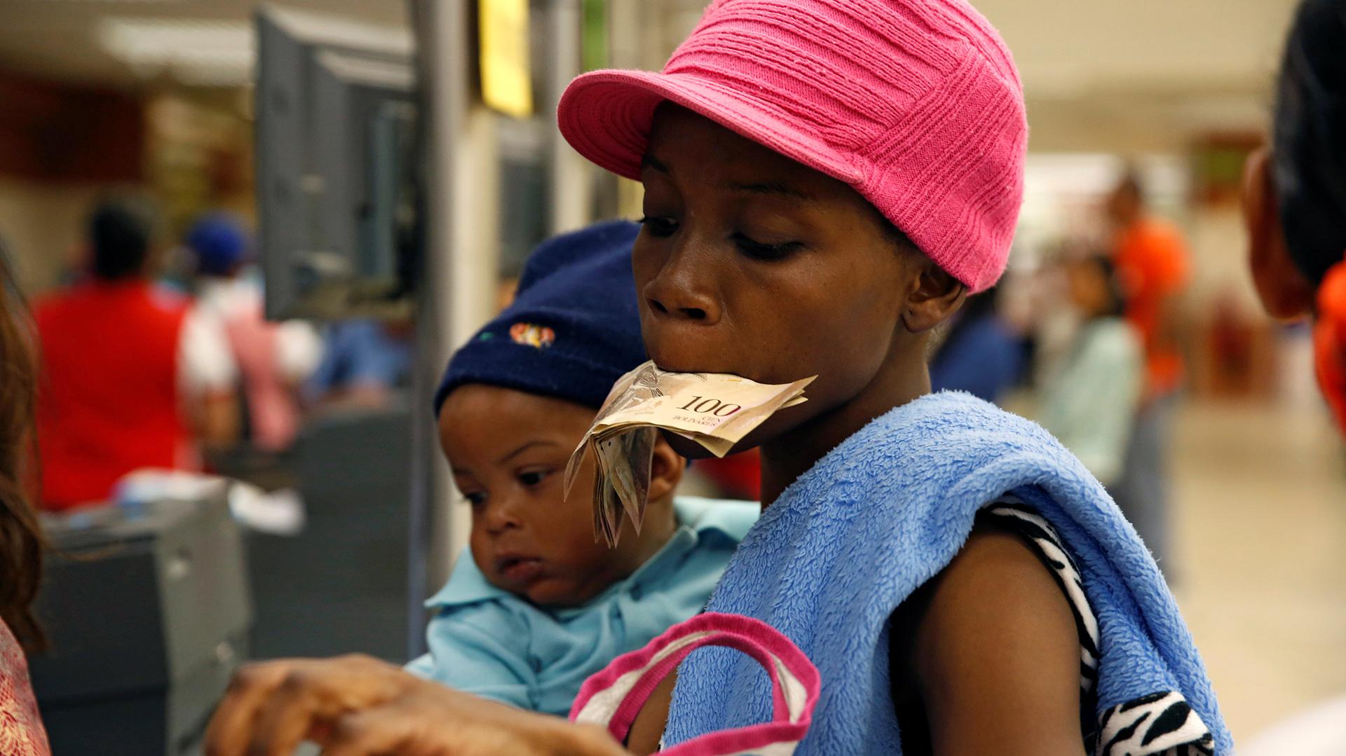 """""""Cada día las colas son más largas, cada día se consigue menos comida, cada día todo está más caro. Miles de personas están pasando hambre"""", denunció Capriles (Reuters)"""