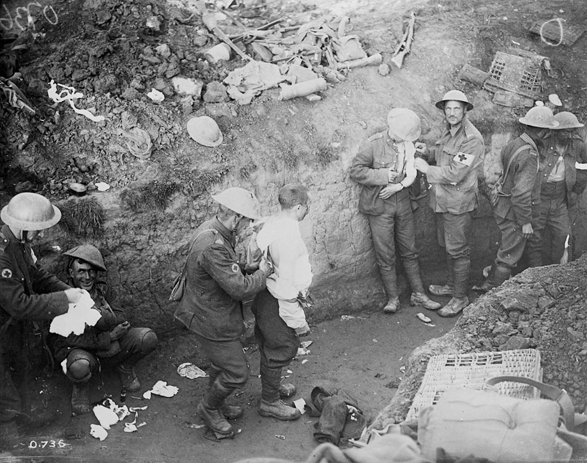 Varios heridos son atendidos en una trinchera durante la operación Courcelette de la batalla del Somme (Reuters)