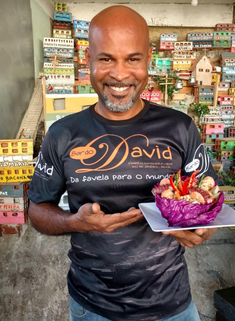 David Bispo posando con su plato Resurgencia, que fue premiado en la competencia gastronómica Comida di Buteco (Infobae)