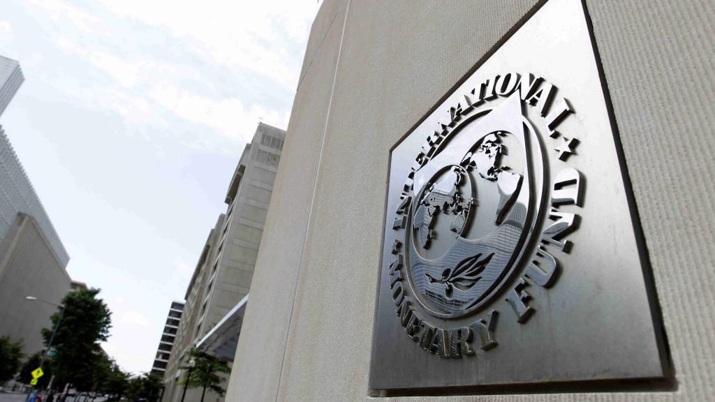 El organismo amplió sus expectativas de crecimiento en gran parte del mundo desarrollado y la redujo en países emergentes (AP)
