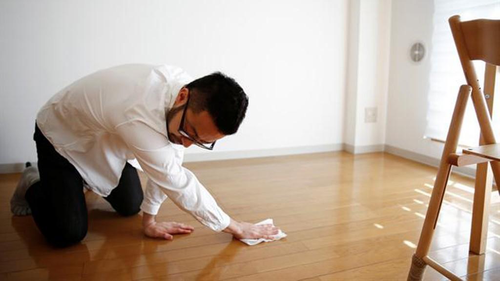 Fumio Sasaki limpiando el piso de su departamento (Reuters)