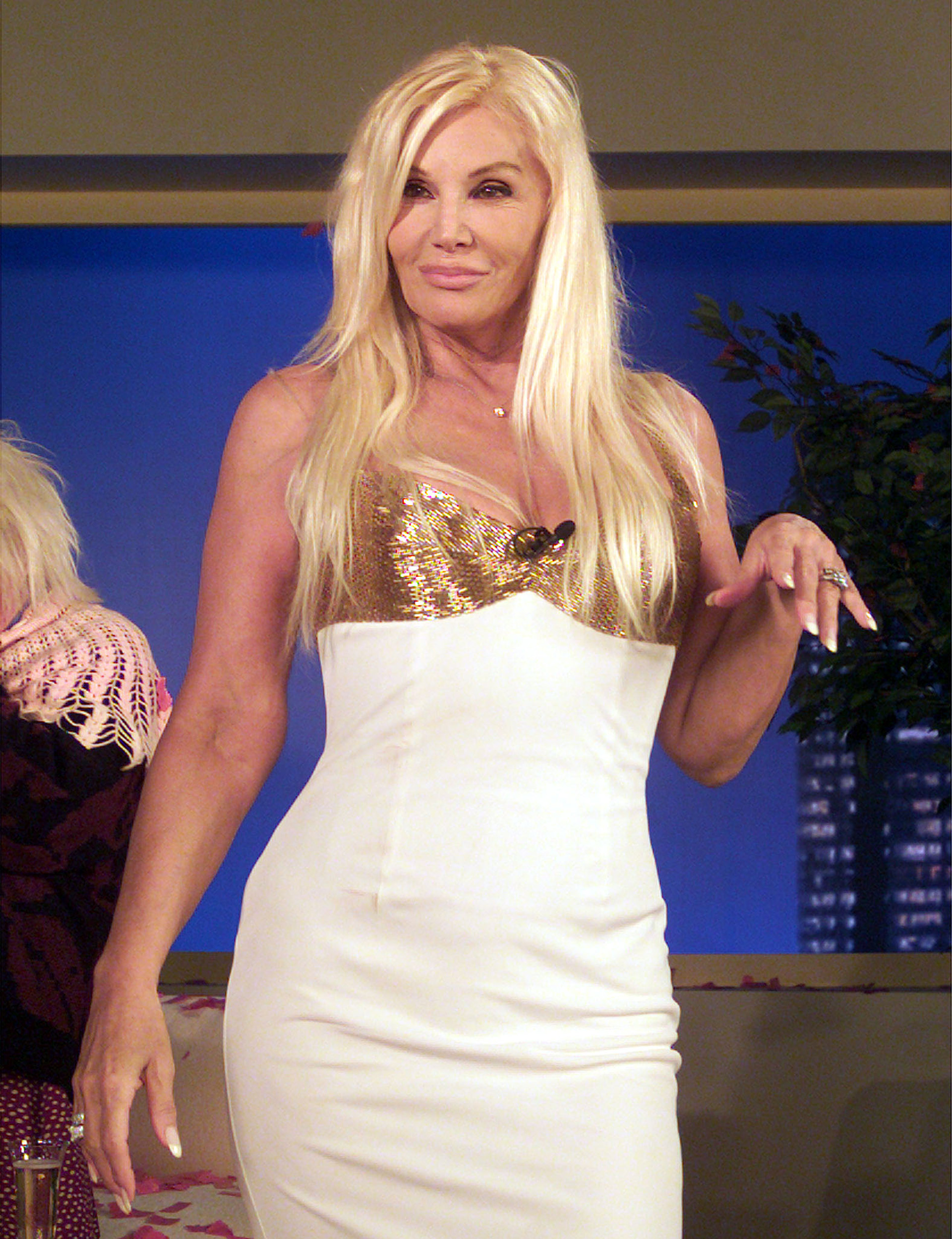 En el 2004 Susana recibió a su intimo amigo Julio Iglesias con un strapless blanco con ballenas y bordado de lentejuelas en el corpiño con un gran escote. Su clásica cadena de un cristal pequeño y anillos de su colección personal de joyas