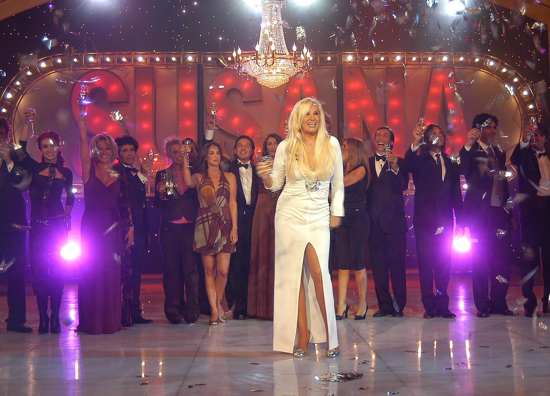 En el 2005 en el cierre del programa, con un vestido al cuerpo con escote V, un gran aplique de piedras y cristales y un tajo 7/8. El blanco es otro de los colores más elegidos por la diva, en todas las estaciones del año, estampados o net (NA)