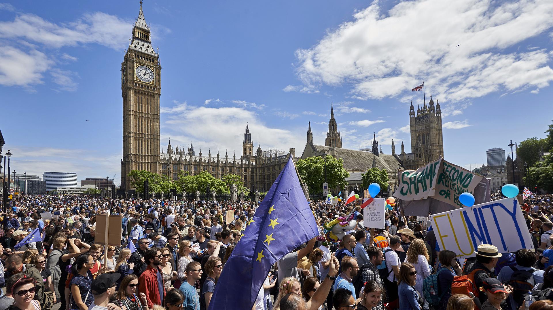 Miles de personas se manifestaron en Reino Unido contra el resultado del referendo que decidió la salida del país de la Unión Europea (AFP)