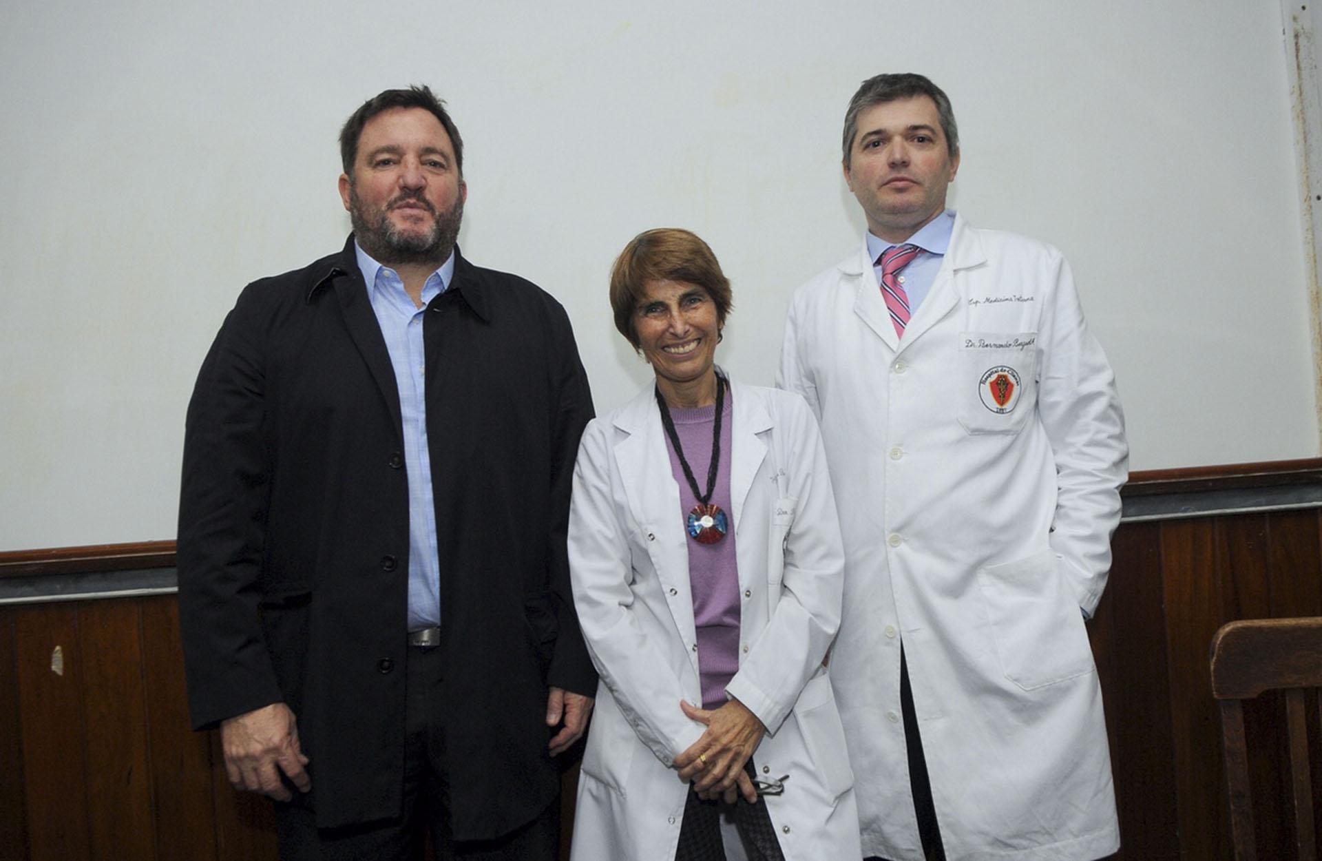 Alejandro Macfarlane, presidente de la Fundación Hospital de Clínicas; junto a Ana Balanzat, jefa del departamento de Pediatría, y Bernardo Bergroth, director general del Hospital