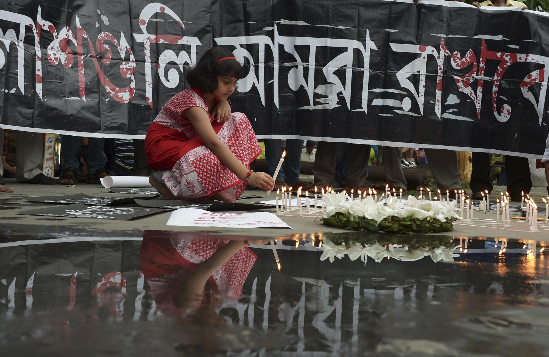 El homenaje a las 24 víctimas del ataque de ISIS a un restaurante en Dacca, Bangladesh (Reuters)