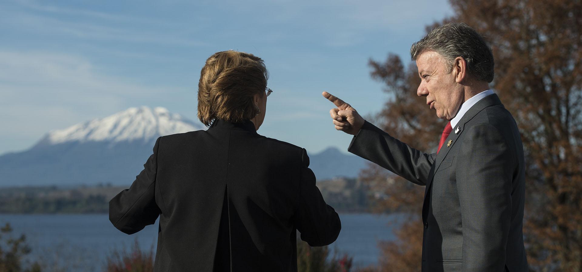 Michelle Bachelet y Juan Manuel Santos durante la reunión de la Alianza del Pacífico, a los pies del volcán Osorno (AFP)